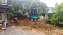 Titirangi ihi 3.5 ton - the 3.5 ton at work excavation a sloping bank away from the side of a house in titirangi auckland so the client could have more room to park his truck and his teenagers cars