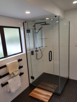 10mm clear frameless shower - All hardware supplied by our prefered partner Vetro Raccordi.