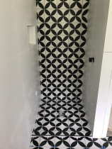 Patterned feature shower