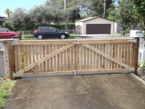Mohi Te Whatu Fencing Limited - 1.2m double swing picket driveway gate
