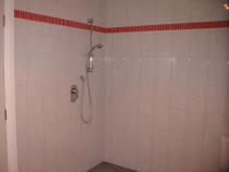 Large open shower - Ceramic Tiles with feature border